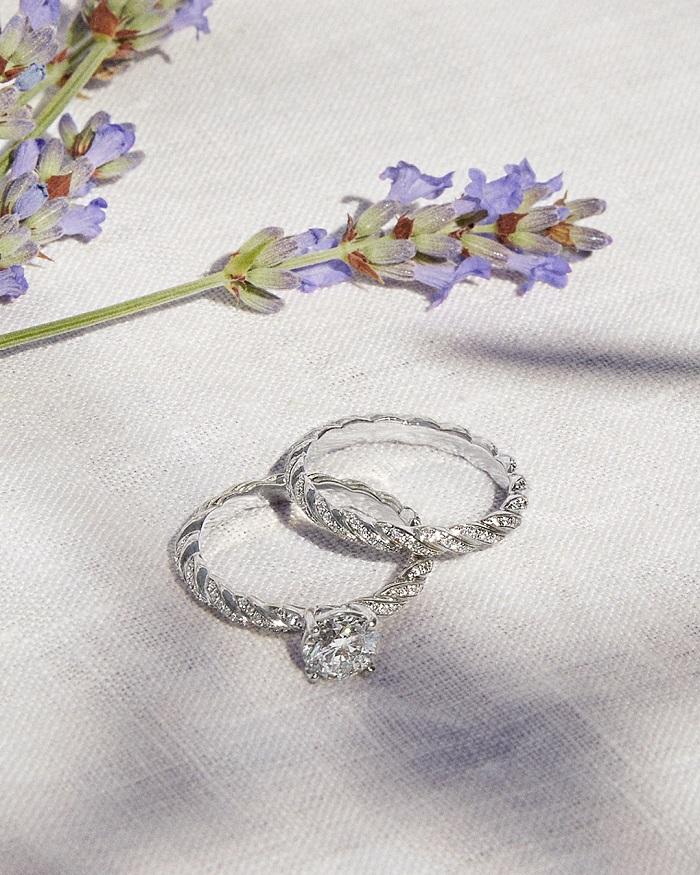(左)「フォース10 エンゲージメントリング」〈Pt、ダイヤモンド0.3ct~〉¥489,000~、(右)「フォース10 ウェディングバンド」〈Pt、ダイヤモンド〉¥470,000