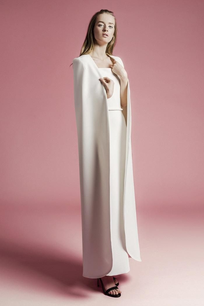 よりファッション性を高める、ロングケープを羽織るスタイル。ドレス¥370,000(レンタル)