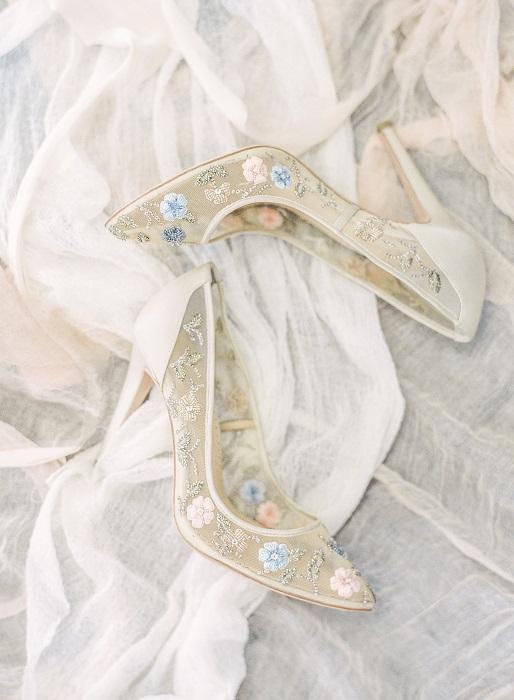 ペールトーンの小花で足元を飾る、一番人気のデザイン。「クロエ」シューズ¥48,400