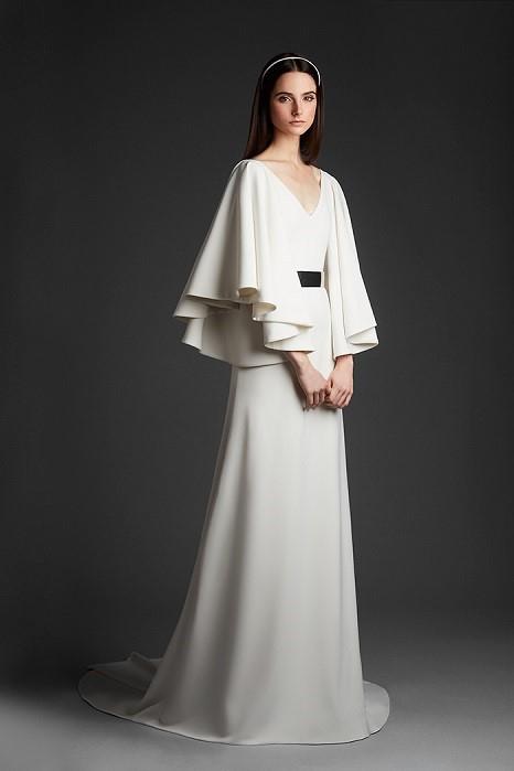 優雅な袖のドレープは遠目からの写真映えも優秀。ドレス¥350,000(レンタル参考価格)