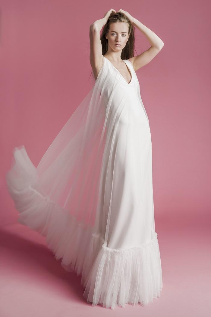 リゾートシーンで纏いたい、涼やかでエフォートレスなデザイン。ドレス¥300,000(レンタル)