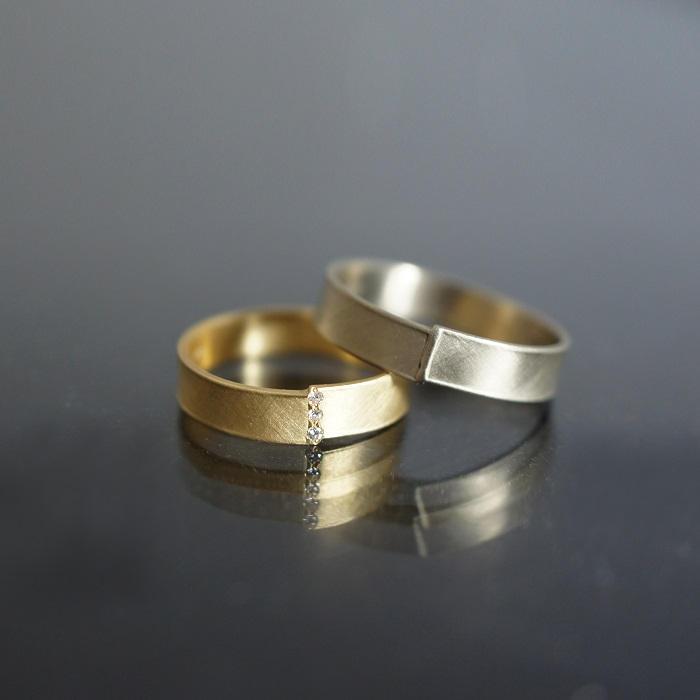 「WELD」マリッジリング(左)〈YG、ダイヤモンド〉¥107,000~、(右)〈Pt〉¥109,000~