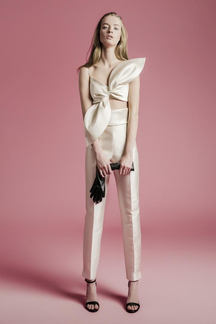 小粋なパンツルックは2着目ドレスにもリコメンド。ドレス¥220,000(レンタル)