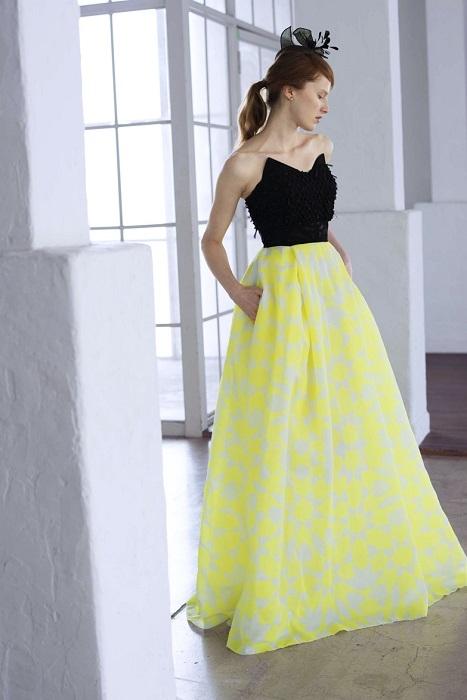 プリントスカートとバイカラーが楽しいモードなカラードレス。ドレス¥200,000(レンタル)