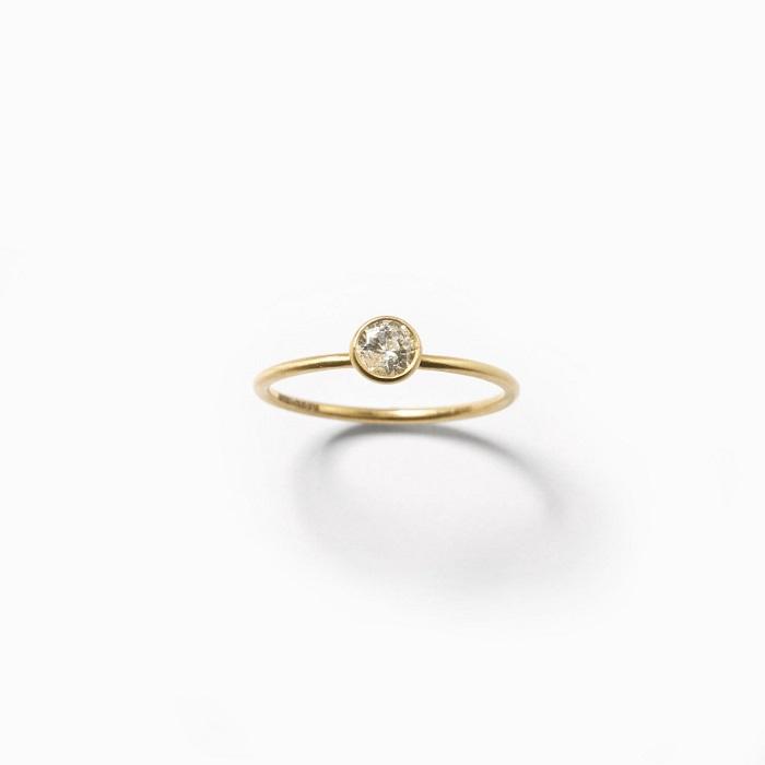 「サフィード」エンゲージメントリング〈K18+YGP*、ラボグロウンダイヤモンド0.25ct〉¥110,000 *YGのメッキ加工