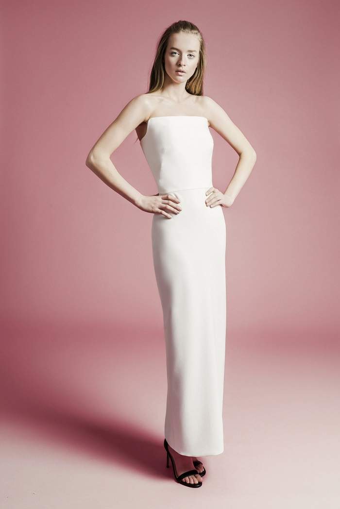 女性のボディラインに優しくフィットするシンプルシックな一着。「ENYA」ドレス¥230,000(レンタル)