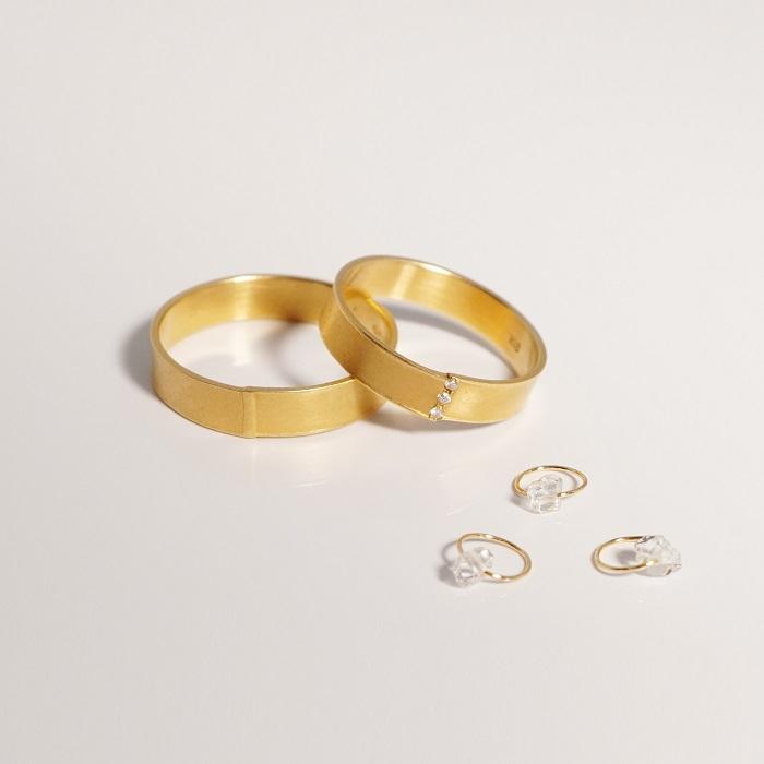 リング(左から)〈YG〉¥77,000~、〈YG、ダイヤモンド〉¥107,000~