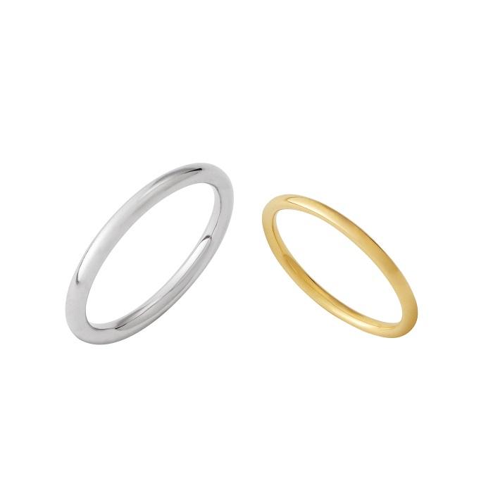 """""""途切れない縁""""を象徴する正円をどこまでもシンプルに表現したリング。「ROUND」(左)メンズリング〈WG〉¥110,000~、(右)レディースリング〈YG〉¥85,000~"""