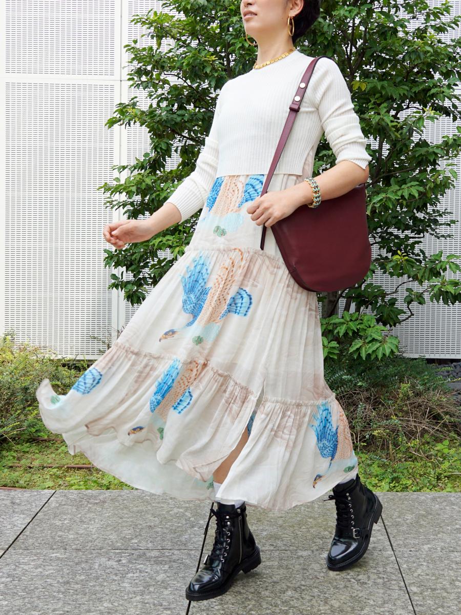 Tilly Swoop Dress・付属のクロップド丈リブニットとセット¥49,000、 Blake Shoulder Bag¥45,000、Donita Leather Boots¥45,000/ALLSAINTS