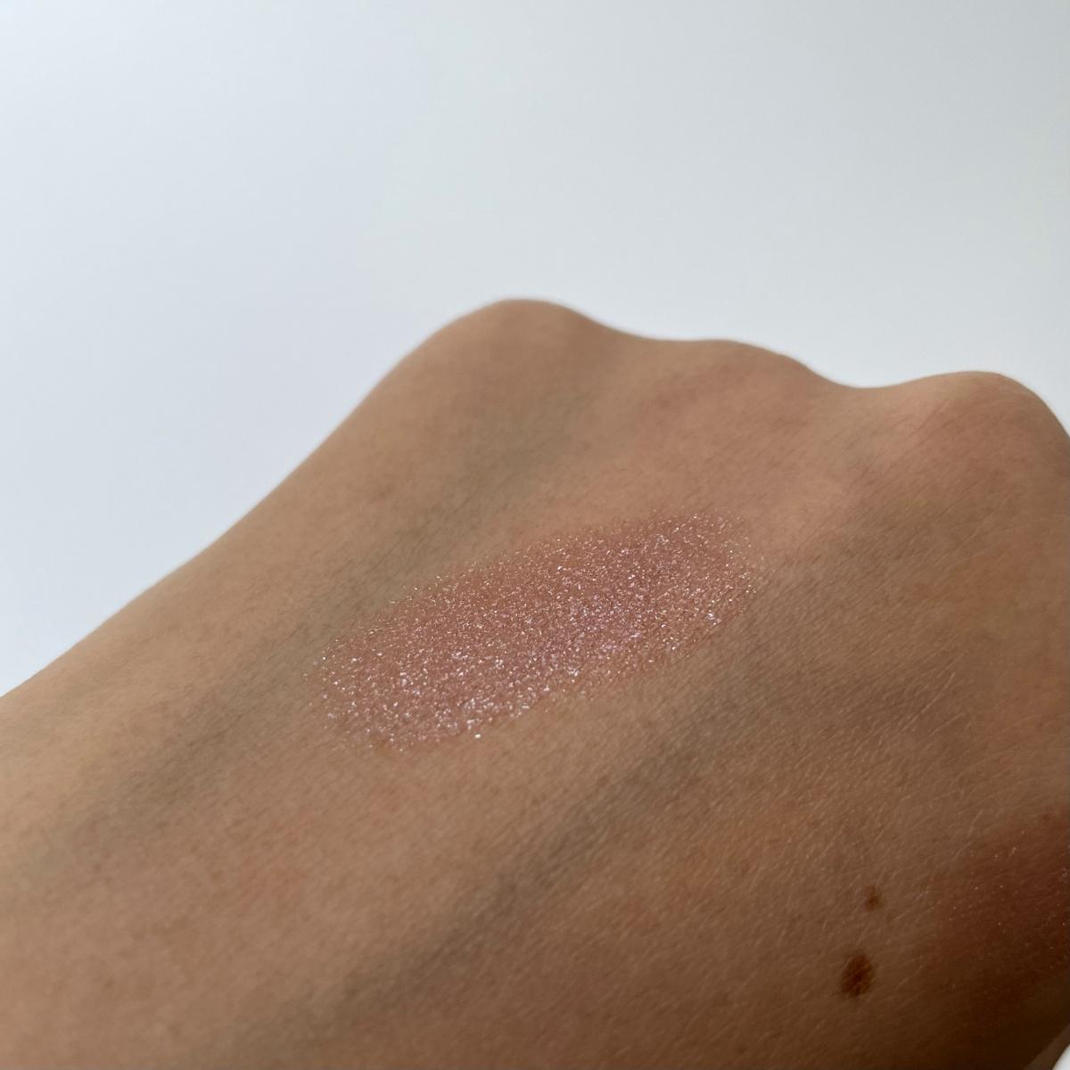 そばかすだらけの手に塗ってみましたが、分かっていただけますでしょうか〜、この煌めき汗。