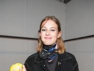 りんごをかじるマリ@Alberta Ferretti