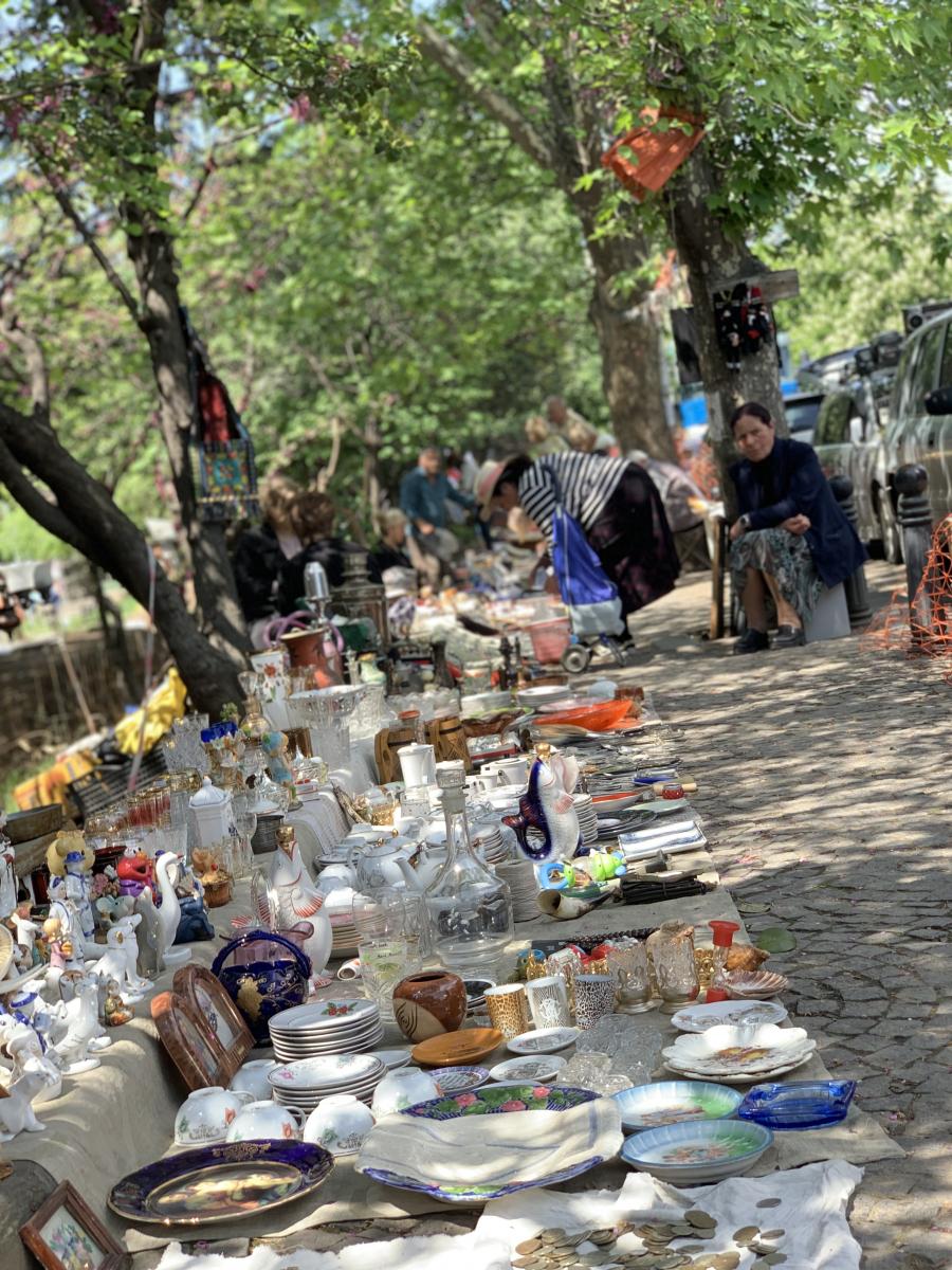 道路沿いにぎっしりと商品が並ぶ