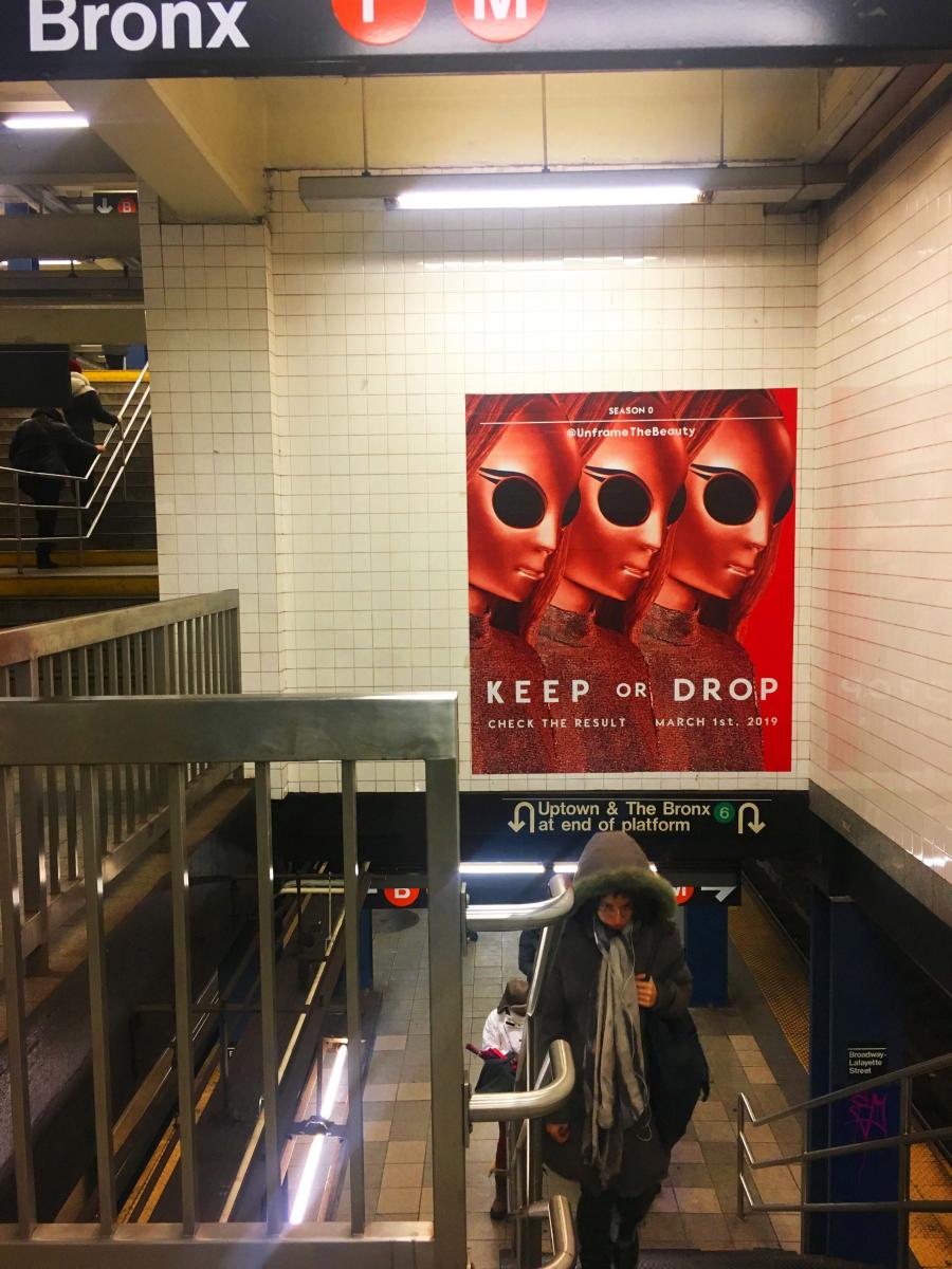 (上)地下鉄の駅構内に貼られたポスター