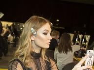 セルフィーを撮るカーリー@Versace