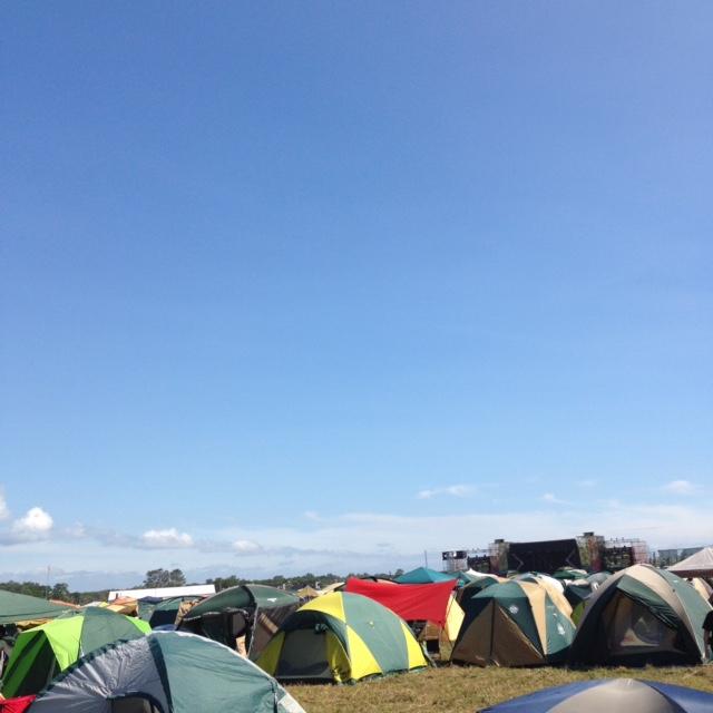 昨年のRISING SUN ROCK FESTIVALにて。北海道は晴れてても空気はカラリと快適なことが多くて好きです。