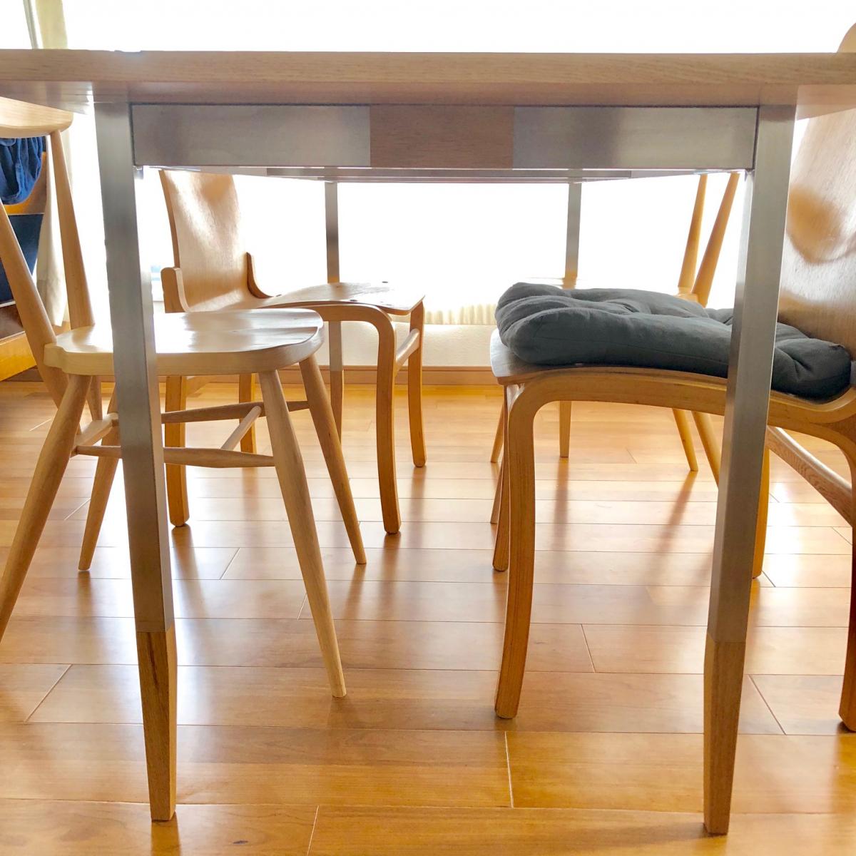 脚部は金属と木材が組み合わされています。ヘアライン仕上げのステンレスはビカビカー!という感じもなく、部屋になじみました。
