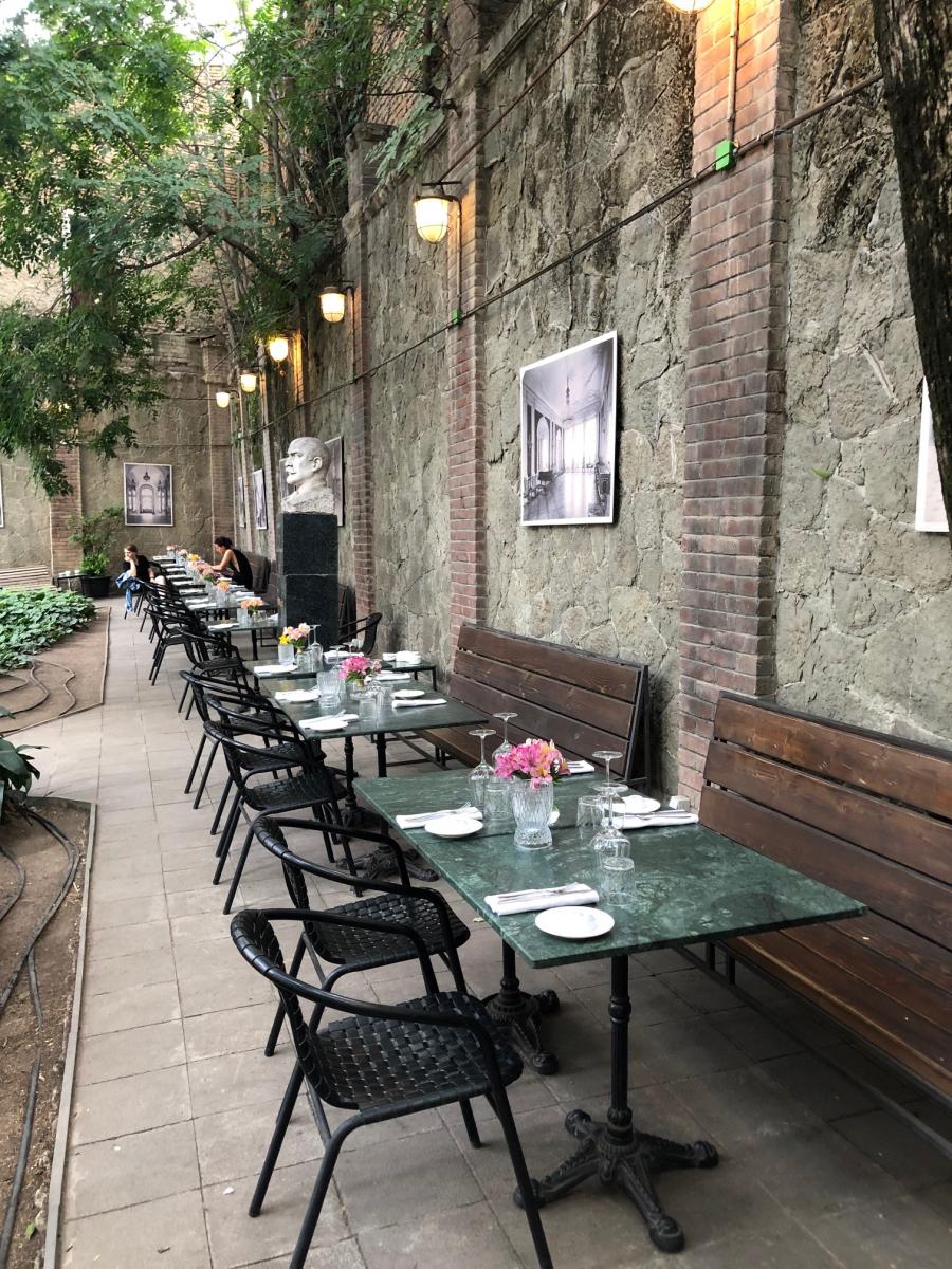 SPURでも紹介していた「Cafe Littera」。女性シェフによりモダン・ジョージア料理がいただけます。クラシックな建物の中庭にしつらえられた席も素敵。