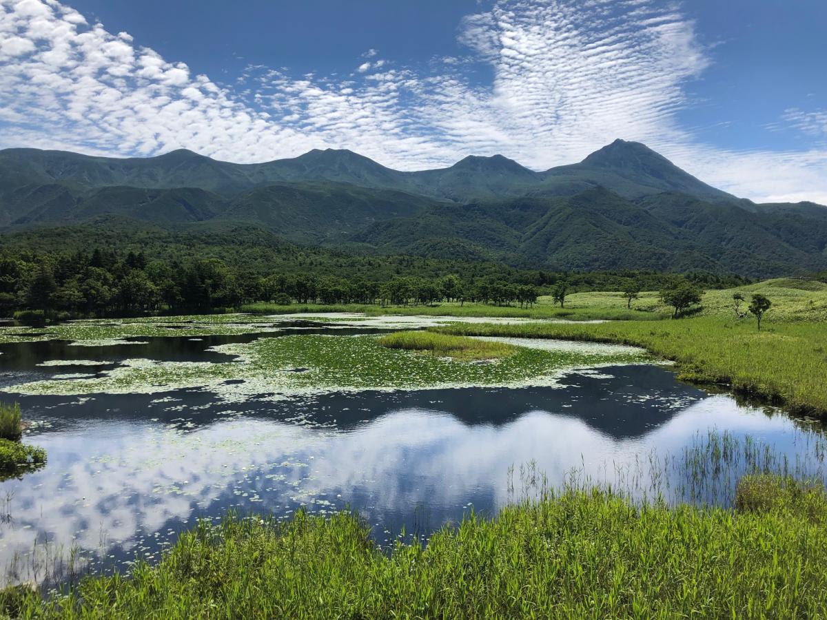 快晴の知床五湖。湖面に山と空が映り込み、絶景。