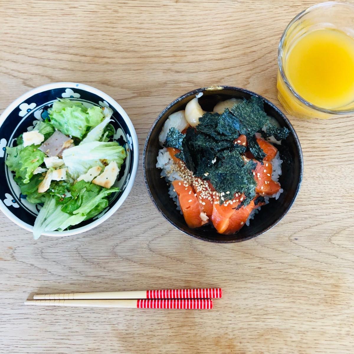 子供の作ったある日の昼食。サーモン漬け丼は「子どもキッチン」からマグロ丼のレシピをアレンジ。米を炊き、刺身を切り、海苔をちぎるなど。サラダもレタスをちぎってハムを切りました。