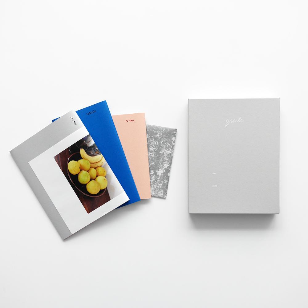 オリジナルのボックスの中に、夫・妻・ふたり、それぞれの人生や思いをつづった冊子計3冊、ふたりの年表、写真データが入っています。