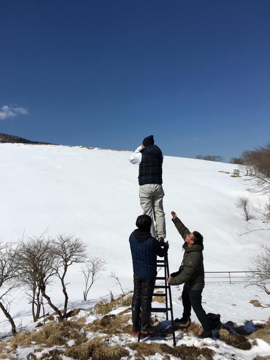 『ASSEMBLY SNOW』の撮影風景。カメラのその先展開されている美しい世界をぜひ誌面で堪能してほしい。