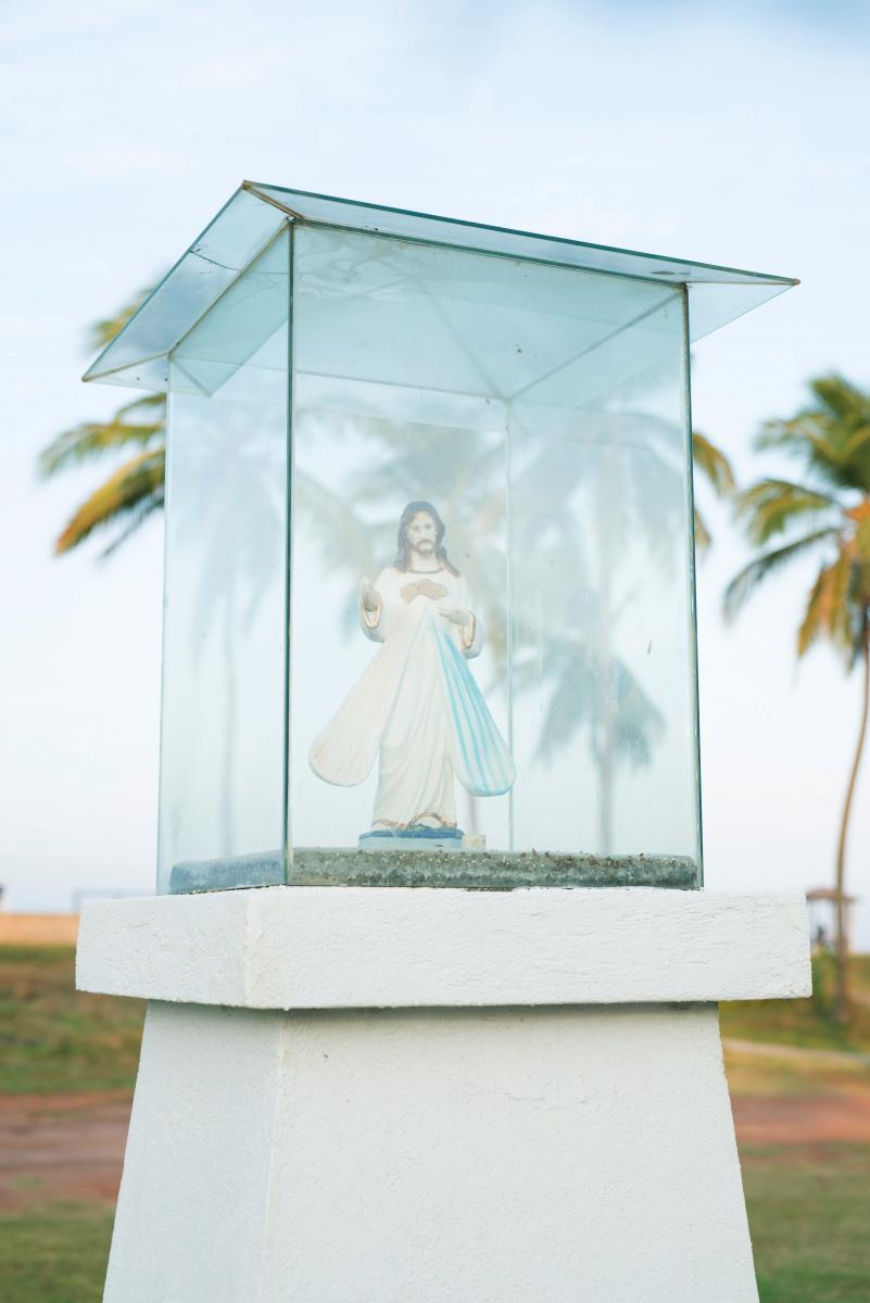 住民のほとんどがキリスト教というニゴンボ。道路沿いにはキリスト像の姿も