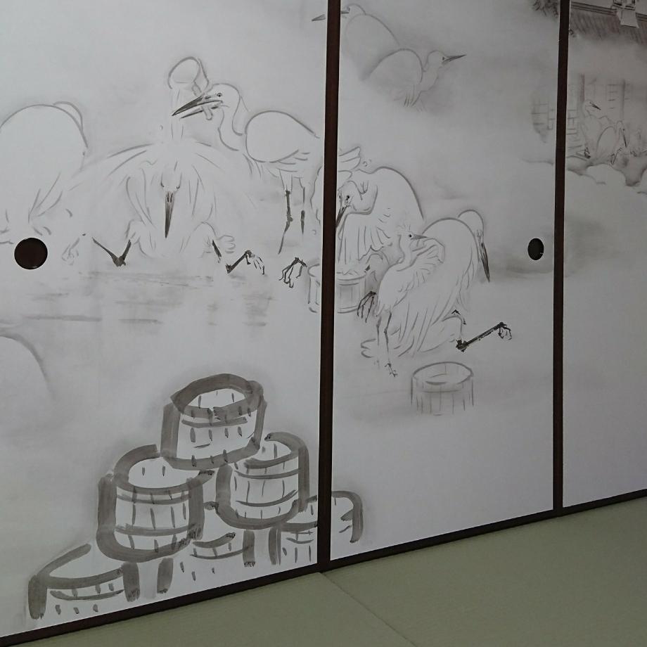 道後温泉には、足を痛めた白鷺が湯で傷を癒やしているのを見て、村人が温泉を発見したという伝説があり、襖絵にも白鷺が描かれています