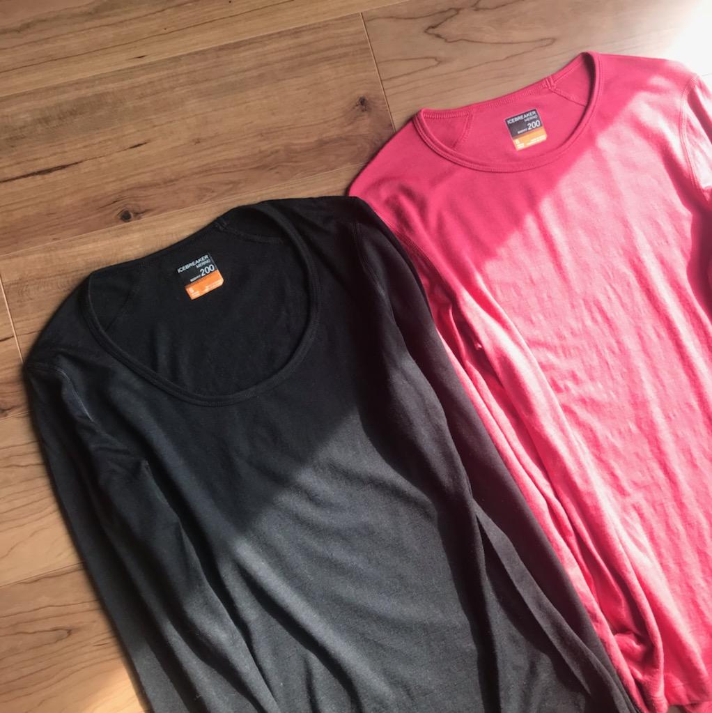 右のピンクがクルーネック、左のブラックがスクープネックです