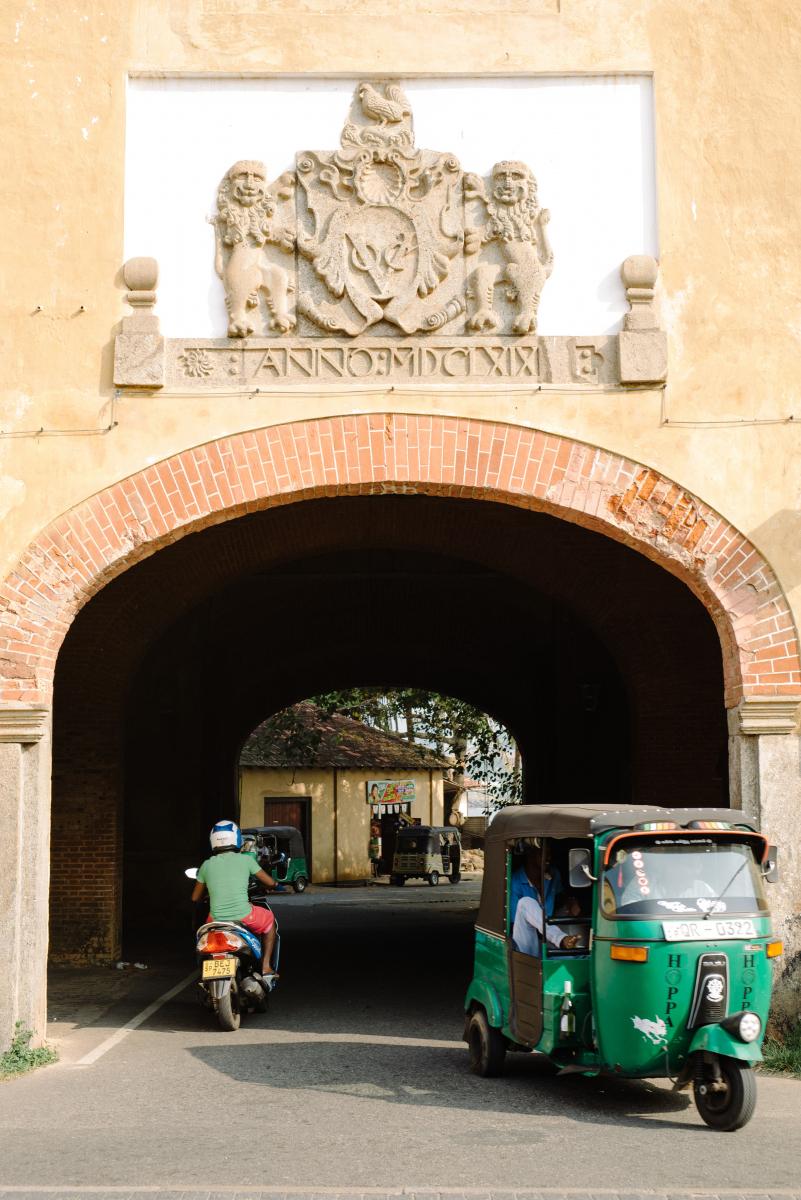 旧市街は、城砦で囲まれているゴール。ふたつあるゲートのうち、こちらは1668年に建てられたオールド・ゲート。当時の国章が残る