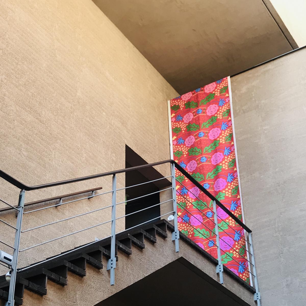 美術館に飾られている「マリメッコ」時代の初期に発表したテキスタイル「Onni(オンニ/幸せ)」。館のあちこちにテキスタイルが飾られ、訪れるだけで楽しい気分になります