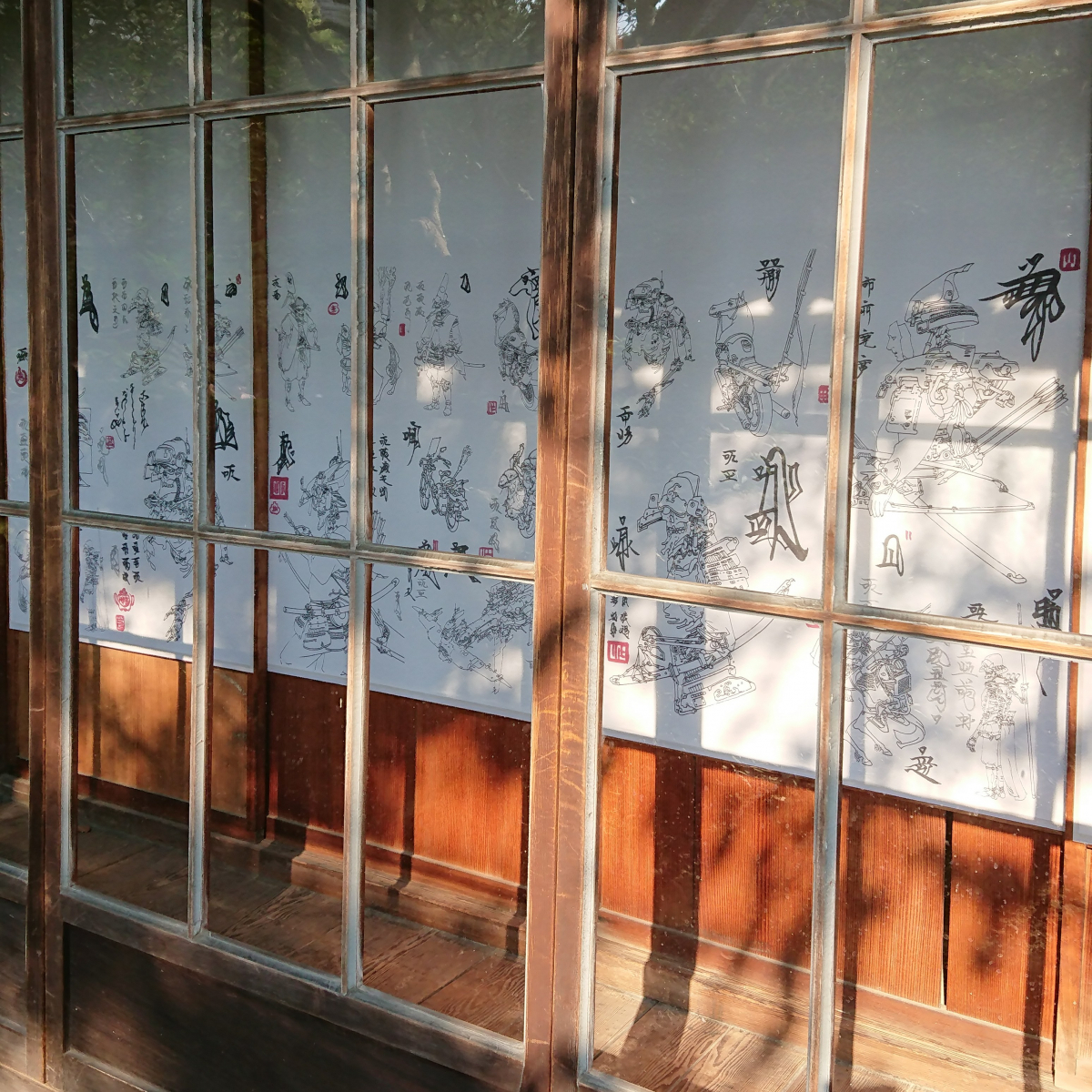 旅館「ふなや」の庭園内にある東屋に飾られた《武人圖》