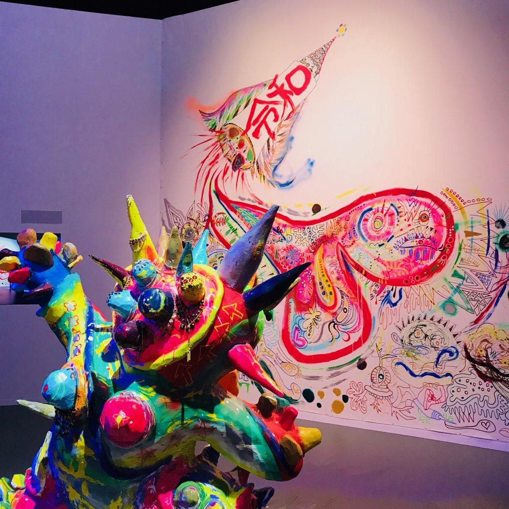 展覧会期間中、香取さんが度々訪れて描いている作品。「令和」という文字も!