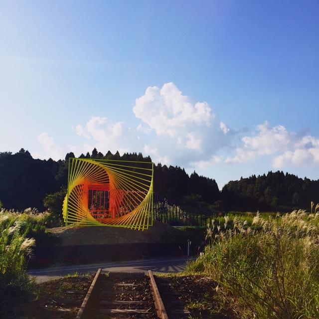 廃線路に設置されたカラフルな作品はトビアス・レーベルガーさんの「なにか他にできる」。人気作品の一つ。