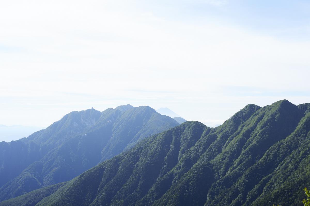 駒津峰からは、遠くにうっすら富士山が。見えますか?