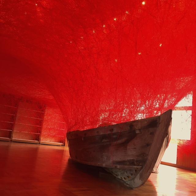 塩田千春さんの「時を運ぶ船」は、この地方に伝わる伝統的な製塩作業で実際使われていた船をモチーフに