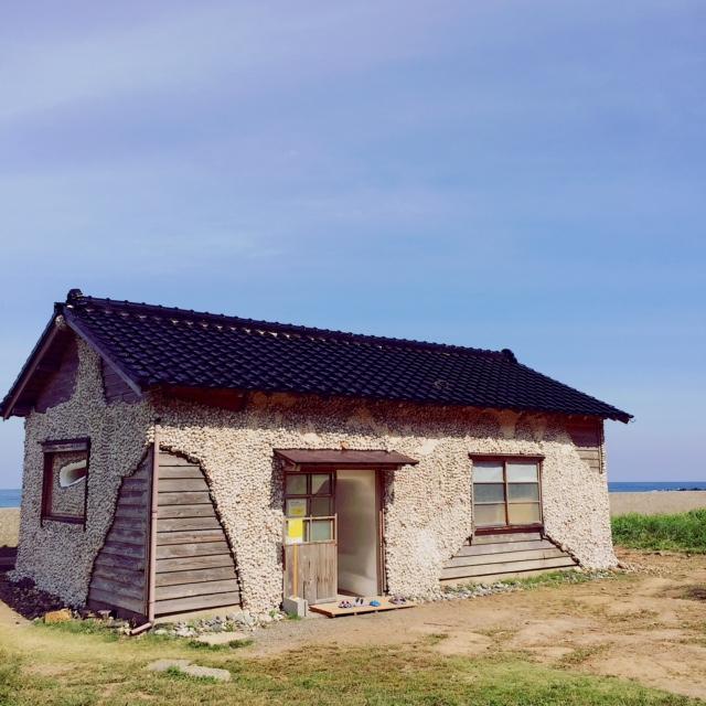村尾かずこさんの「サザエハウス」。海岸沿いの小屋の壁面にサザエなどの貝殻を覆った作品。中に入ってみるとさらなる驚きが