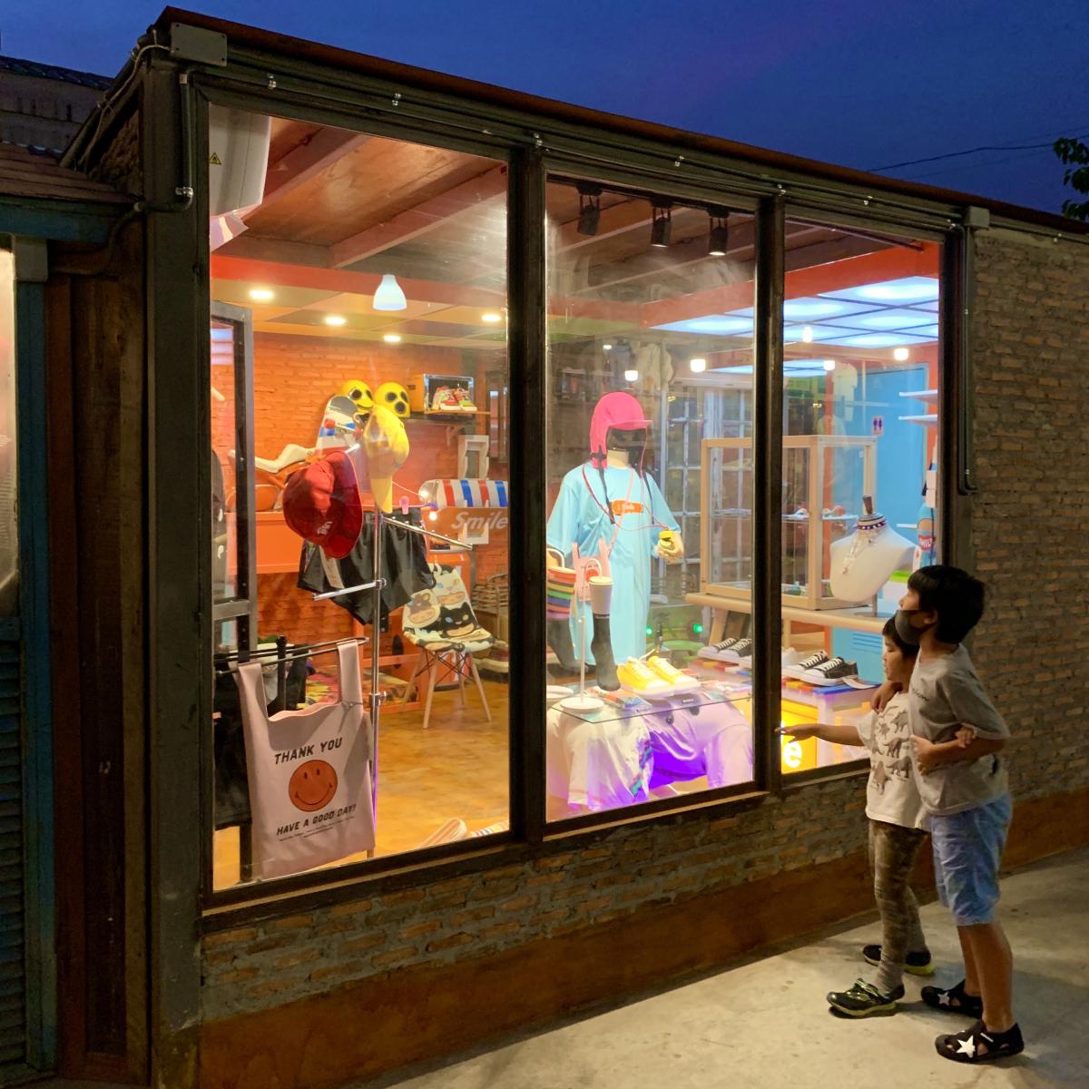 「昨年末にはウェアとタトゥーのお店をSrinakarinの週末ナイトマーケットにオープン!」