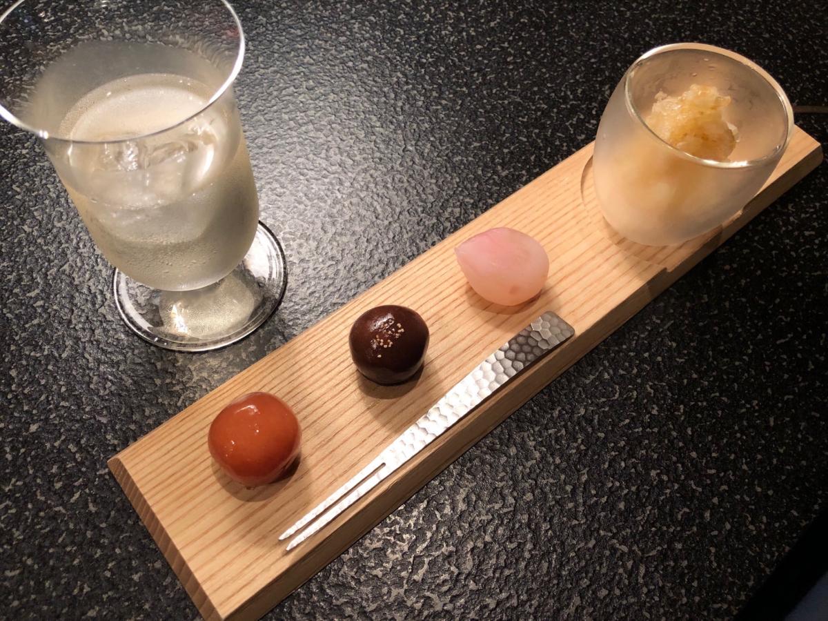 飲み物にはレモングラスとエルダーフラワーを炭酸水で割ったものを