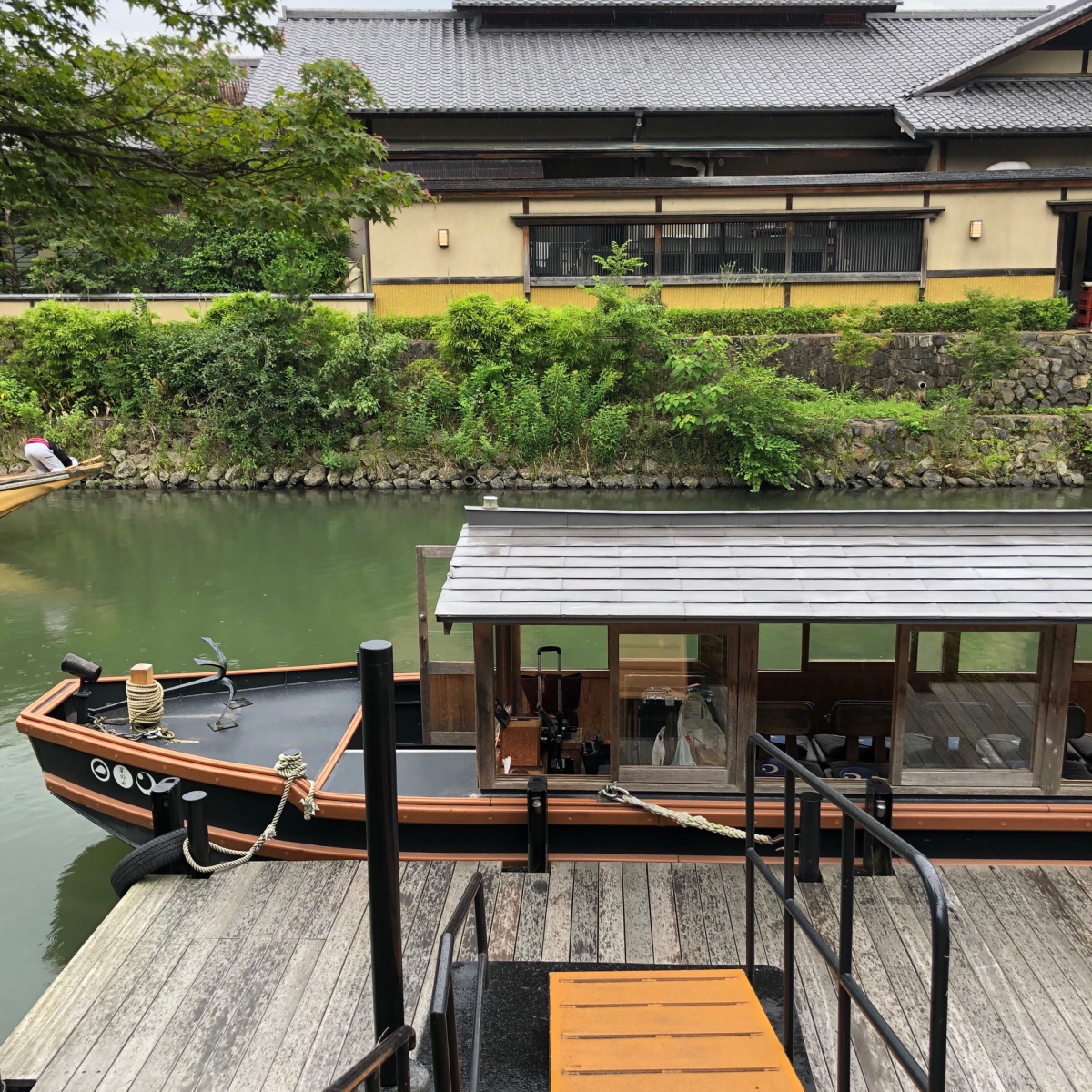 宿にはこの船に乗って、川を進み10分ほどで到着します