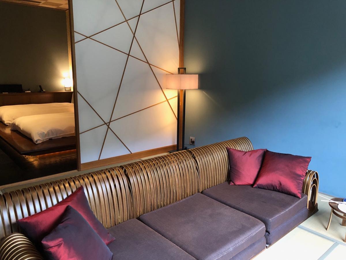 モダンで落ち着いた壁色もいい。寝室の壁には京唐紙があしらわれています
