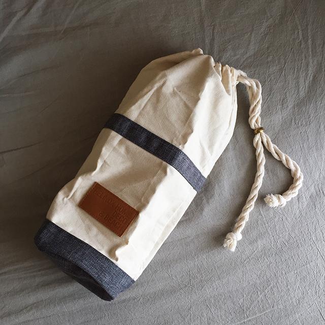 付属のバッグに、折りたたんだ足と丸めた座面を収納
