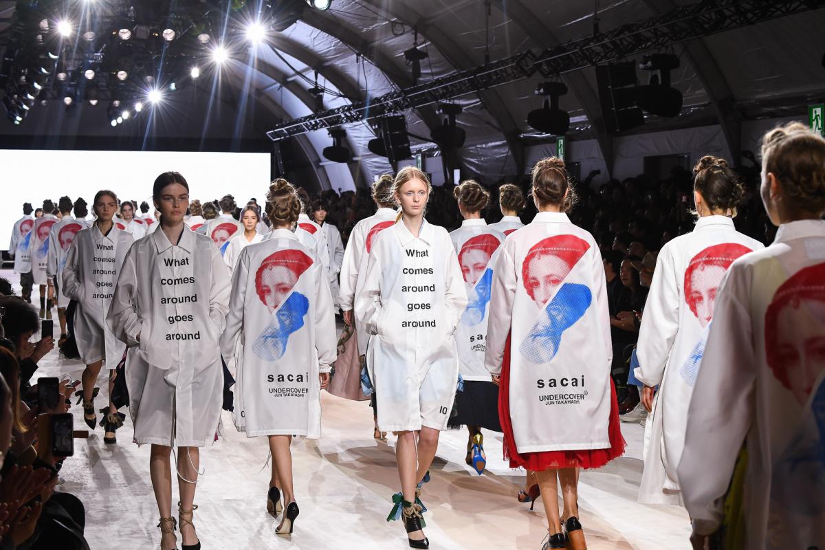 両ショーに出演したモデルが着たコート、背面には今回のイメージビジュアルがプリントされている