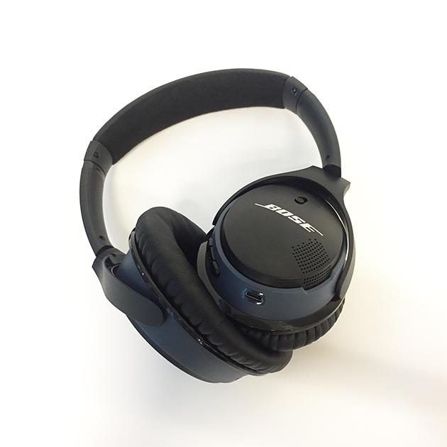 右耳のスイッチでBluetoothのオンオフを切り替える仕様です