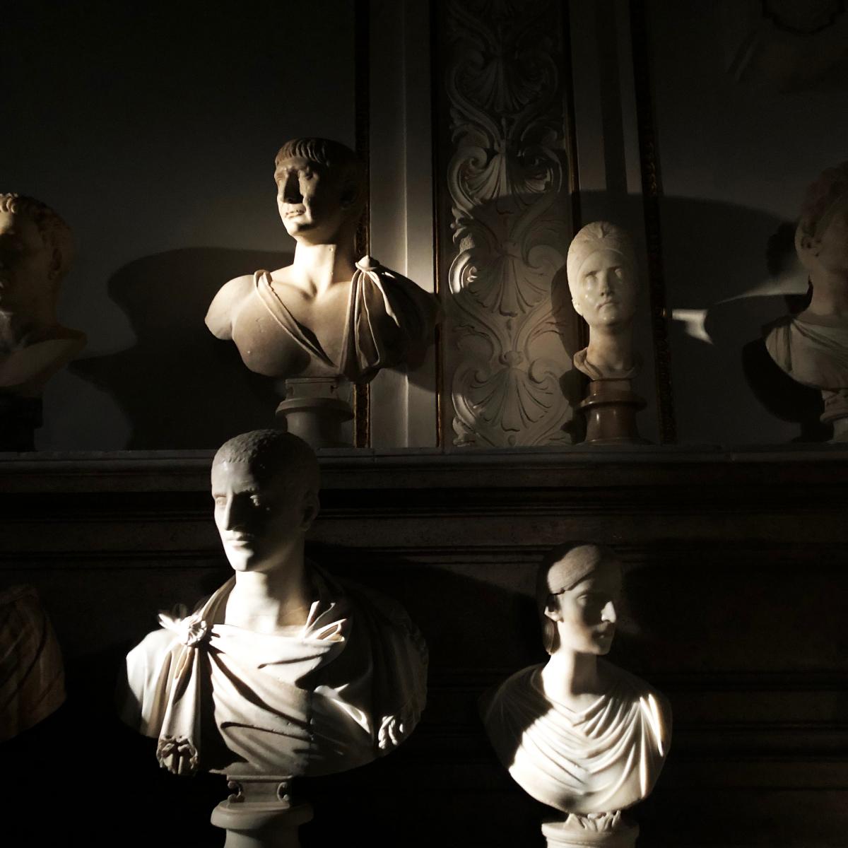 複数室に分かれたショー会場では、どの部屋の壁面にもずらりと彫像が並びます