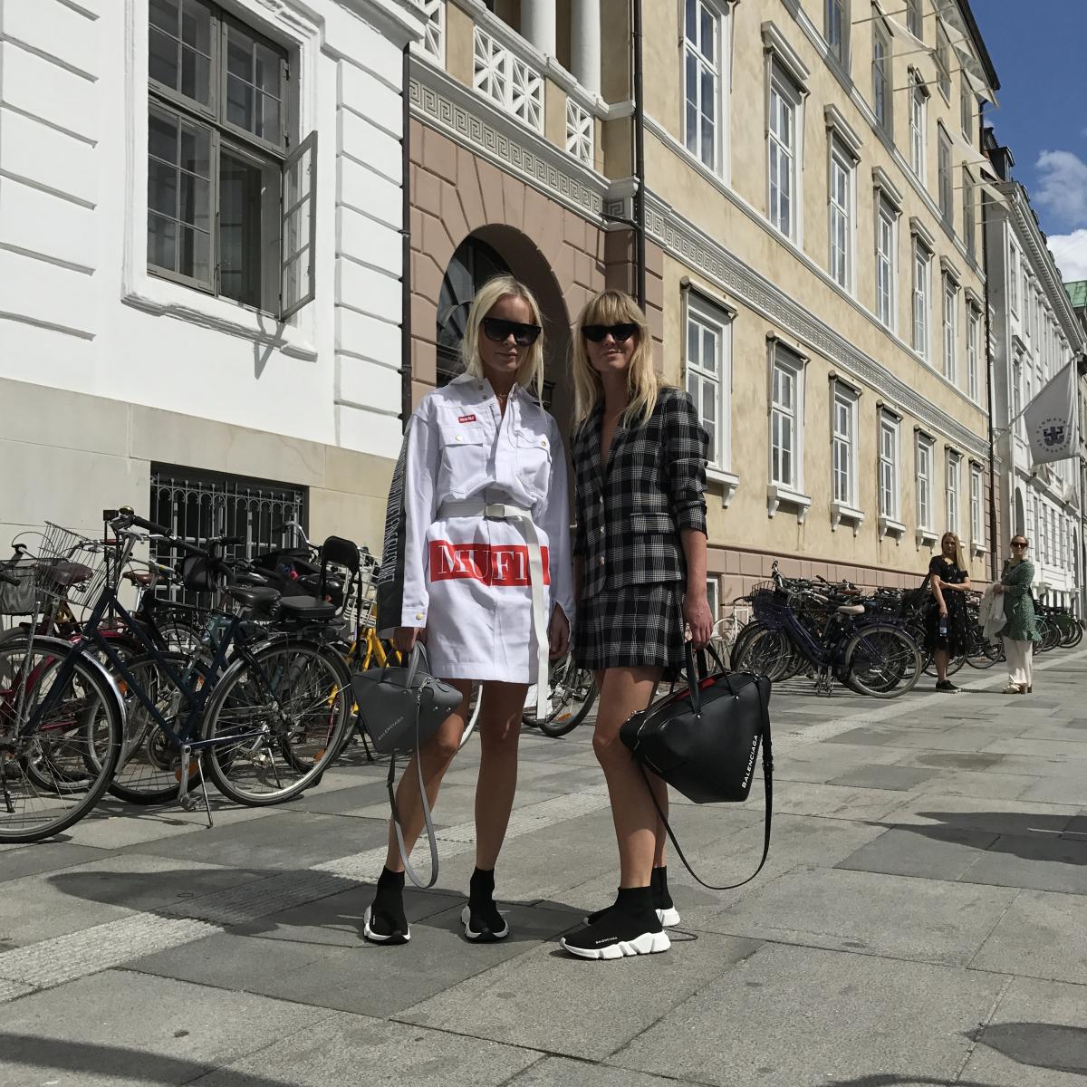 注目すべきはデンマーク『costume』誌のJanette MadsenとThora Valdimars。今回はバレンシアガや現地の人気ラッパーによるブランド「muff10」のツインルックで登場。