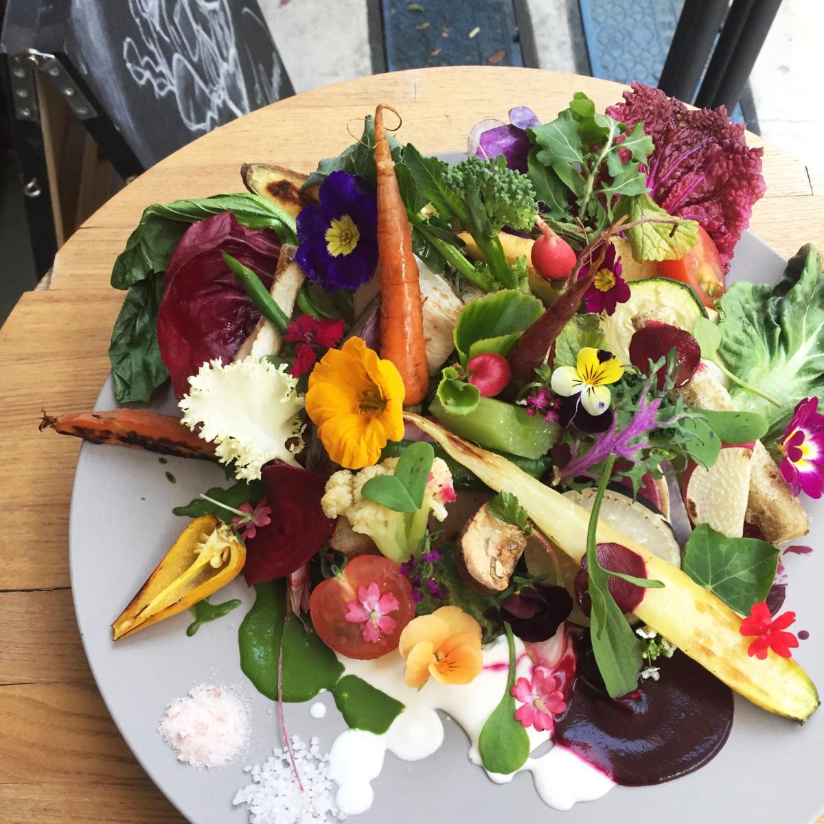 開運フードとして挙がったのは、有機野菜など素材そのものを生かした料理。代々木上原のレストラン「Offf」の彩り鮮やかなメニューはぴったり!