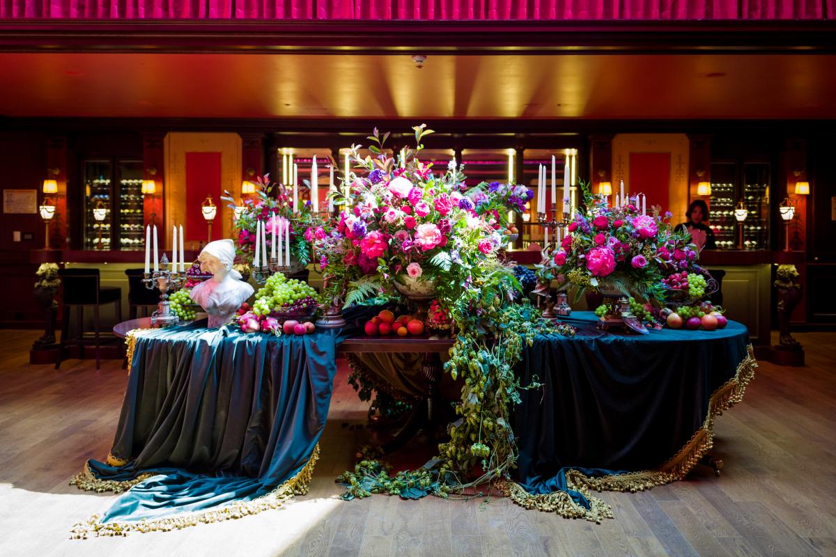 パリのジバンシィとシャングリラホテルで働くことで知られるロンドンを拠点とする花屋であるトニーマークリューによって設計された花のインスタレーションが敷地内にあります。デザインは四半期ごとに変更され、ソウルホテルの隅々に絶妙なタッチを加えています。