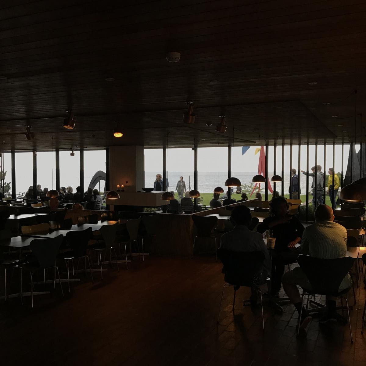 休憩は海を臨むカフェで! ビュッフェ形式のお食事もあります
