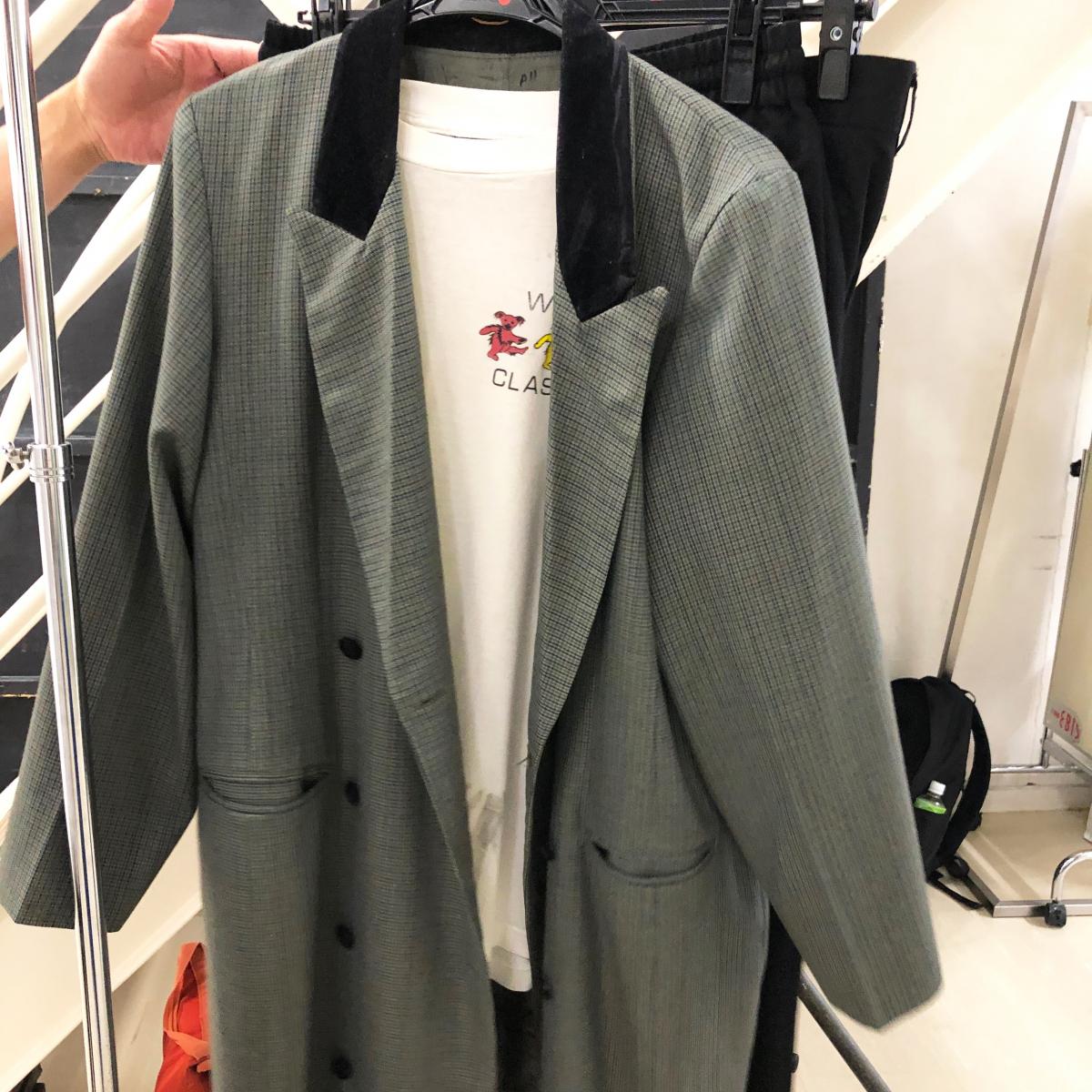 中村倫也さんの着用衣装を特別に! チラリと胸もとからのぞくデッドベアー