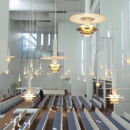ヘルシンキの光溢れる美しい教会へ。ユハ・レイヴィスカのミュールマキ教会